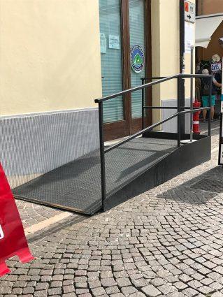 Einfache Stahlrampe zum Büro der Seilbahnstation Monta Baldo