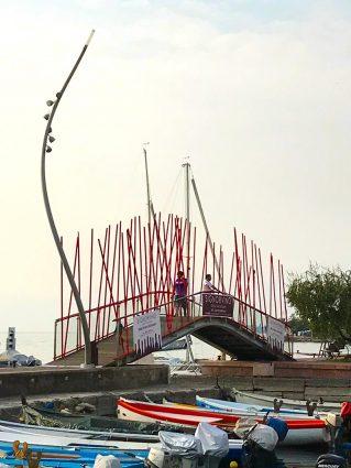 Brücke über eine Hafeneinfahrt